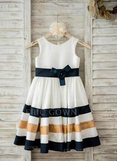 A-Line/Princess Scoop Neck Knee-length With Flower(s) Taffeta Flower Girl Dresses (010210145)