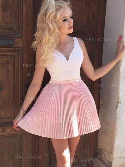 A-Line/Princess V-neck Short/Mini Homecoming Dresses With Appliques Lace Pleated (022216378)
