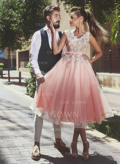 A-Line/Princess V-neck Knee-Length Tulle Homecoming Dresses With Sash Appliques Lace (022212471)