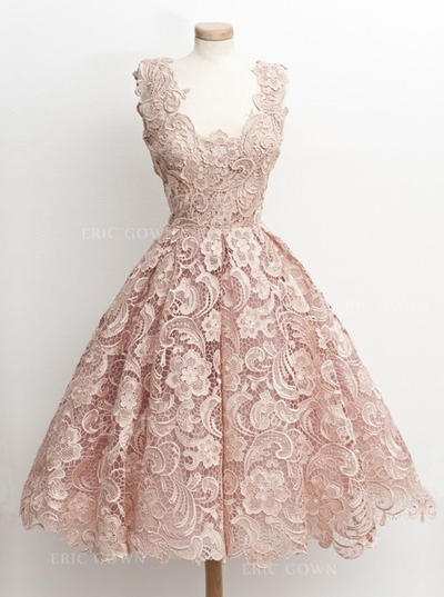 A-Line/Princess V-neck Knee-Length Lace Homecoming Dresses With Lace (022217549)