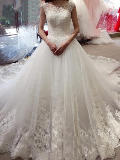 Magnifik Tyll Spets Bröllopsklänningar Balklänning Kungliga Tåg Scoop / Djup Och Vid Halsringning Ärmlös (002144813)
