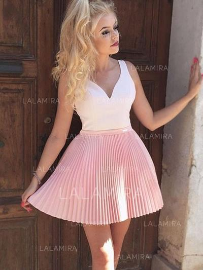 A-Line/Princess V-neck Short/Mini Cocktail Dresses With Appliques Lace Pleated (016218450)