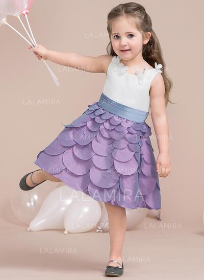 A-Line/Princess Knee-length Flower Girl Dress - Taffeta/Satin Sleeveless Scoop Neck With Flower(s)/Bow(s) (010115805)