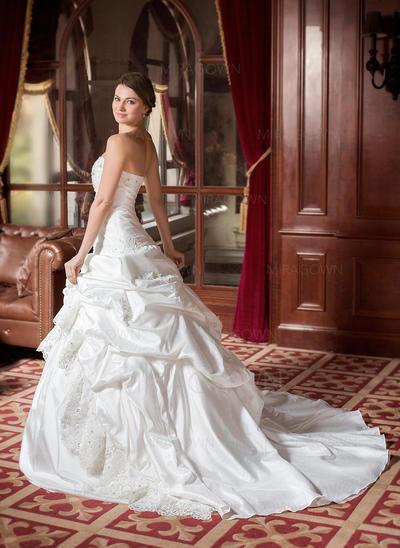 ajustement en mousseline de soie et robes de mariée évasées