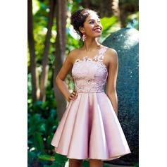 A-Line/Princess One-Shoulder Knee-Length Homecoming Dresses With Appliques Lace