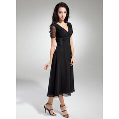 Corte A Decote V Comprimento médio Tecido de seda Vestido para a mãe da noiva com Pregueado Beading (008014919)