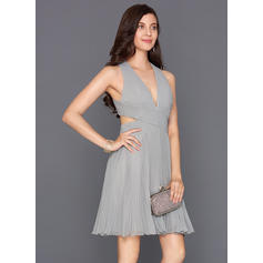 A-Line/Princess V-neck Chiffon Sleeveless Knee-Length Pleated Cocktail Dresses
