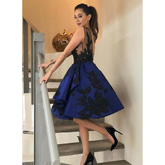 A-Line/Princess Scoop Neck Knee-Length Satin Cocktail Dresses With Appliques Lace (016145319)