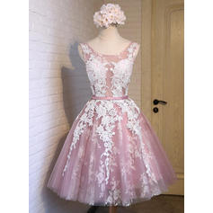 A-Line/Princess Scoop Neck Knee-Length Homecoming Dresses With Sash Appliques Lace Bow(s)