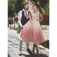 A-Line/Princess V-neck Knee-Length Tulle Homecoming Dresses With Sash Appliques Lace