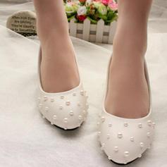 Vrouwen Patent Leather Low Heel Closed Toe Pumps met Imitatie Parel