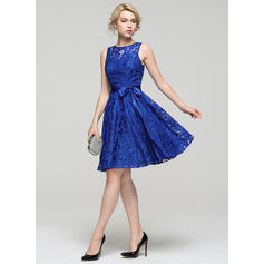 A-Line/Princess Scoop Neck Knee-Length Lace Homecoming Dresses With Bow(s)