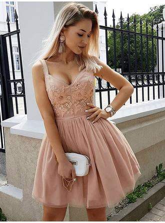 A-Line/Princess Chiffon Cocktail Dresses Beading Appliques Lace V-neck Sleeveless Short/Mini