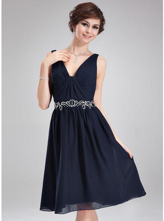 A-Line/Princess V-neck Knee-Length Cocktail Dresses With Ruffle Beading