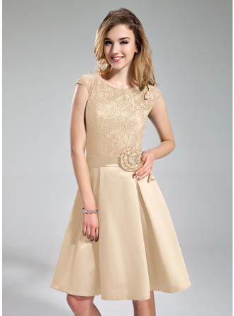 A-Line/Princess Satin Lace Bridesmaid Dresses Beading Flower(s) Scoop Neck Sleeveless Knee-Length