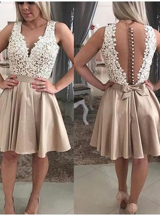 A-Line/Princess Lace Beading Appliques Lace Homecoming Dresses V-neck Sleeveless Short/Mini Knee-Length
