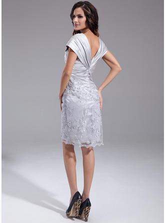 Etui-Linie Off-the-Schulter Charmeuse Ärmellos Knielang Rüschen Perlstickerei Pailletten Kleider für die Brautmutter (008211218)