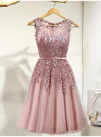 Tulle Sleeveless A-Line/Princess Prom Dresses Scoop Neck Lace Beading Knee-Length (018148251)