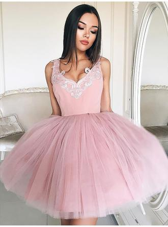 A-Line/Princess V-neck Short/Mini Homecoming Dresses With Ruffle Appliques Lace