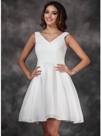 A-Line/Princess V-neck Knee-Length Taffeta Homecoming Dresses With Ruffle
