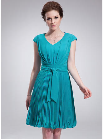 A-Line/Princess V-neck Knee-Length Chiffon Homecoming Dresses With Pleated