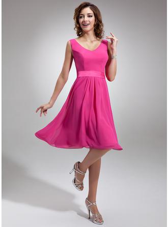 A-Line/Princess V-neck Knee-Length Chiffon Homecoming Dresses