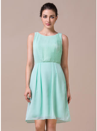 Chiffon Sleeveless Sheath/Column Bridesmaid Dresses Scoop Neck Pleated Knee-Length