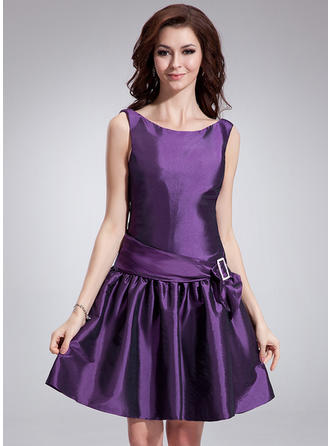 A-Line/Princess Scoop Neck Knee-Length Taffeta Cocktail Dress With Sash Bow(s)