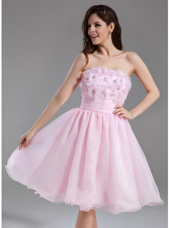A-Line/Princess Strapless Knee-Length Organza Homecoming Dresses With Ruffle Beading Flower(s) Sequins
