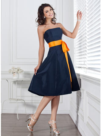 A-Line Strapless Knee-Length Taffeta Bridesmaid Dress With Sash Bow(s)
