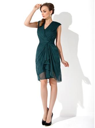 Etui-Linie V-Ausschnitt Chiffon Ärmellos Knielang Gestufte Rüschen Kleider für die Brautmutter (008006152)
