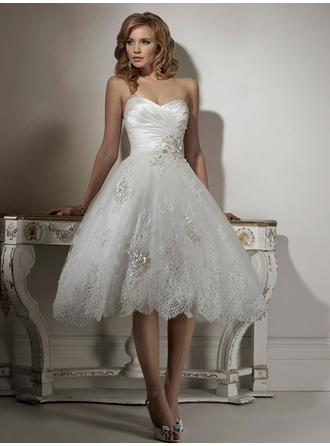 A-Line/Princess Sweetheart Knee-Length Wedding Dresses With Ruffle Beading Appliques Lace