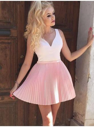 A-Line/Princess V-neck Short/Mini Homecoming Dresses With Appliques Lace Pleated