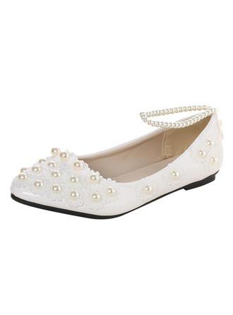 Vrouwen Patent Leather Flat Heel Closed Toe Flats met Imitatie Parel Van Toepassing