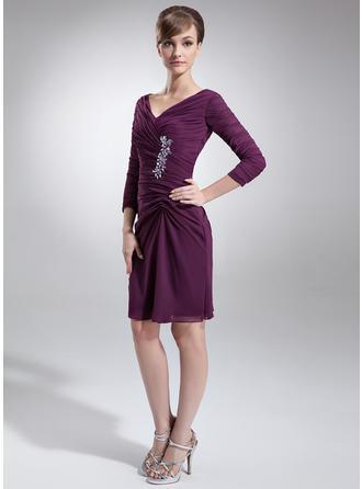 Etui-Linie V-Ausschnitt Chiffon 3/4 Ärmel Knielang Rüschen Perlstickerei Kleider für die Brautmutter (008211223)