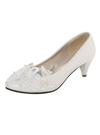 Vrouwen Patent Leather Kitten Hak Closed Toe Pumps met Imitatie Parel Van Toepassing