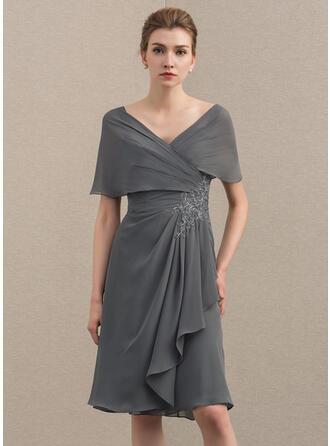 A-Linie/Princess-Linie Off-the-Schulter Knielang Chiffon Kleid für die Brautmutter mit Applikationen Spitze Gestufte Rüschen