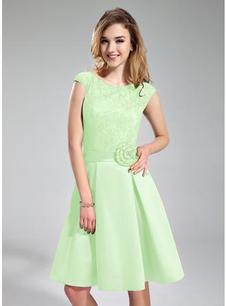A-Line/Princess Satin Lace Bridesmaid Dresses Beading Flower(s) Scoop Neck Sleeveless Knee-Length