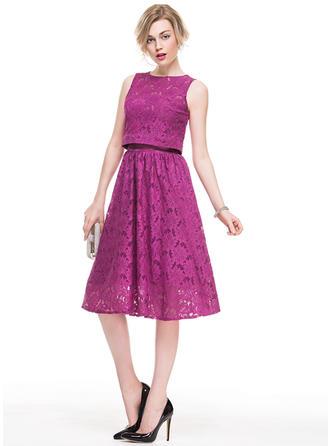 A-Line/Princess Strapless Knee-Length Lace Cocktail Dress
