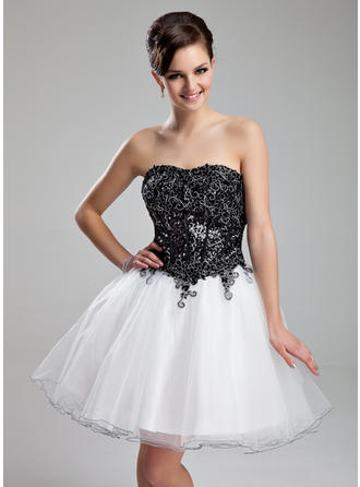 A-Line/Princess Sweetheart Knee-Length Organza Sequined Homecoming Dresses With Appliques Lace
