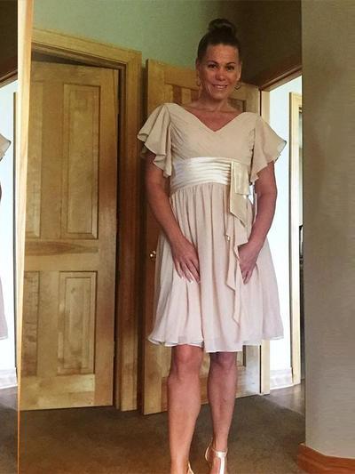 A-Line/Princess V-neck Chiffon Short Sleeves Knee-Length Ruffle Mother of the Bride Dresses (008212755)