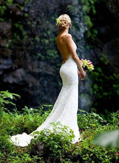 Stunning Chapel Train Trumpet/Mermaid Wedding Dresses V-neck Lace Sleeveless (002146290)